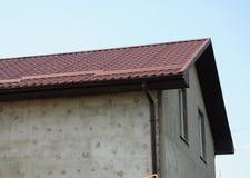 Τοίχος σπιτιών ζωγραφικής και επικονίασης εξωτερικός Κινηματογράφηση σε πρώτο πλάνο στο νέες σύστημα υδρορροών βροχής και την προ Στοκ φωτογραφία με δικαίωμα ελεύθερης χρήσης