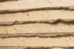 Τοίχος σπιτιών με ένα στρώμα θερμαστρών που τίθεται από ένα φρέσκο πεύκο Στοκ φωτογραφίες με δικαίωμα ελεύθερης χρήσης