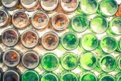 Τοίχος της αποθήκης εμπορευμάτων με πολλούς εκλεκτική εστίαση μπουκαλιών σκόνη ο μορφής Στοκ Εικόνες