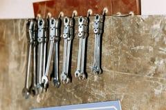 Τοίχος της αυτόματης οργάνωσης εργαστηρίων με τα διάφορα γαλλικά κλειδιά στοκ φωτογραφία με δικαίωμα ελεύθερης χρήσης