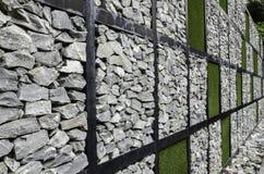 Τοίχος της πέτρας και της τεχνητής χλόης Στοκ Φωτογραφία