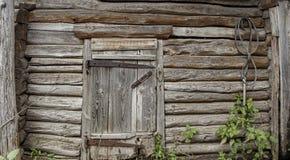 Τοίχος της πόρτας κούτσουρων Στοκ φωτογραφίες με δικαίωμα ελεύθερης χρήσης