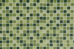 Τοίχος τουαλετών φιαγμένος από διαφορετικά χρώματα στα πράσινα κεραμίδια Στοκ Εικόνα