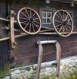 Τοίχος του αγροτικού σπιτιού κούτσουρων Στοκ εικόνες με δικαίωμα ελεύθερης χρήσης
