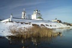 Τοίχος του κοινοβίου όχθεων ποταμού στη Ρωσία Στοκ Φωτογραφία