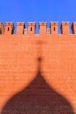 Τοίχος του Κρεμλίνου με μια σκιά από τους θόλους της καθέδρας του βασιλικού του ST Στοκ Φωτογραφία