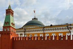Τοίχος του Κρεμλίνου, πύργος και ρωσική σημαία στο κτήριο Συγκλήτου Μόσχα Στοκ εικόνες με δικαίωμα ελεύθερης χρήσης
