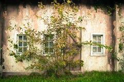 Τοίχος του μεσαιωνικού εγκαταλειμμένου σπιτιού Στοκ φωτογραφία με δικαίωμα ελεύθερης χρήσης
