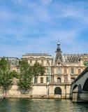 Τοίχος του παλατιού και του ποταμού με το μπλε ουρανό στοκ εικόνα με δικαίωμα ελεύθερης χρήσης