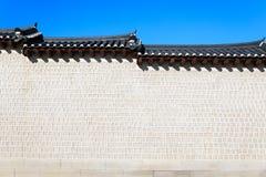 Τοίχος του παλατιού Gyeongbokgung με το μπλε ουρανό στοκ εικόνα με δικαίωμα ελεύθερης χρήσης