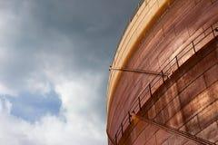 Τοίχος του σκουριασμένου κατόχου αερίου Στοκ εικόνα με δικαίωμα ελεύθερης χρήσης