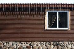 Τοίχος του σπιτιού και των παγακιών από τη στέγη Στοκ εικόνες με δικαίωμα ελεύθερης χρήσης