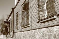 Τοίχος του σπιτιού τούβλου με τα παράθυρα Στοκ φωτογραφία με δικαίωμα ελεύθερης χρήσης