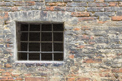 Τοίχος του τούβλου με τη σχάρα Στοκ Εικόνες