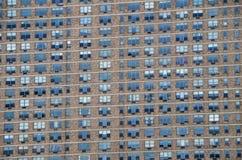 Τοίχος του υποβάθρου πολυκατοικίας παραθύρων Στοκ εικόνες με δικαίωμα ελεύθερης χρήσης