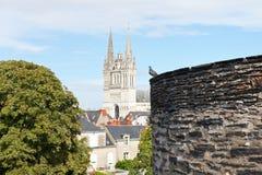 Τοίχος του Castle και καθεδρικός ναός Αγίου Maurice στη Angers Στοκ Εικόνες