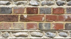 Τοίχος τούβλου και flintstone Στοκ Εικόνες