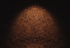 Τοίχος τούβλων με το ελαφρύ σημείο στα κεντρικά υπόβαθρα στοκ φωτογραφίες
