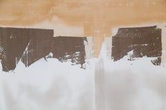 Τοίχος το άσπρο ασβεστοκονίαμα που εφαρμόζεται με ως υπόβαθρο Στοκ φωτογραφία με δικαίωμα ελεύθερης χρήσης