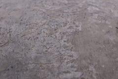 Τοίχος τσιμέντου με τη σύσταση και τη ρωγμή στην επιφάνεια Ο γκρίζος τόνος είναι εμφανίζεται από το επίστρωμα Στοκ εικόνα με δικαίωμα ελεύθερης χρήσης