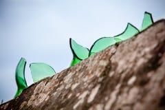 Τοίχος τσιμέντου που καλύπτεται με το σπασμένο γυαλί Στοκ φωτογραφία με δικαίωμα ελεύθερης χρήσης