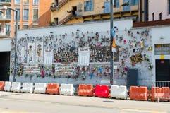 Τοίχος των κουκλών στην περιοχή Navigli στο Μιλάνο στοκ εικόνες