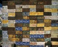 Τοίχος των παλαιών πινακιδών αριθμού κυκλοφορίας Στοκ Φωτογραφία