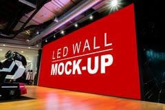 Τοίχος των πλαστών επάνω μεγάλων οδηγήσεων στη σκηνή στην αίθουσα εκθέσεως στοκ εικόνα