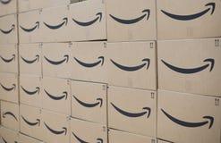 Τοίχος των πρωταρχικών στέλνοντας κιβωτίων του Αμαζονίου στοκ φωτογραφίες με δικαίωμα ελεύθερης χρήσης