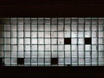 Τοίχος υποβάθρου σύστασης φιαγμένος από πολλούς κύβους γυαλιού με τους μαύρους τομείς στοκ εικόνα