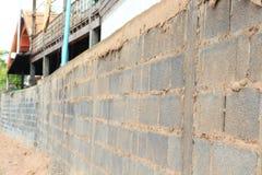 Τοίχος φιαγμένος από φραγμούς τσιμέντου Στοκ Εικόνες