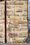 Τοίχος φραγμών ψαμμίτη με δύο σωλήνες αγωγών Στοκ Εικόνες