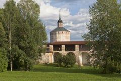 Τοίχος φρουρίων ο μεγάλος πύργος μοναστηριών και σιδηρουργών υπόθεσης kirillo-Belozersky στο μοναστήρι, περιοχή Vologda, της Ρωσί Στοκ φωτογραφία με δικαίωμα ελεύθερης χρήσης