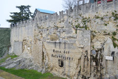 Τοίχος φρουρίων σε έναν απότομο βράχο στον Άγιο Μαρίνο Στοκ Εικόνες
