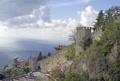 Τοίχος φρουρίων στη Δημοκρατία του Άγιου Μαρίνου στην Ιταλία στοκ φωτογραφία με δικαίωμα ελεύθερης χρήσης