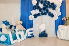 Τοίχος φωτογραφιών για το αγόρι Μπλε αριθμός ένας Το βελούδο Teddy αντέχει Μπλε και άσπρα λουλούδια Στοκ φωτογραφία με δικαίωμα ελεύθερης χρήσης