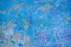 Τοίχος χρωμάτων αποφλοίωσης που καλύπτεται με το μπλε και μπλε χρώμα Στοκ Φωτογραφίες