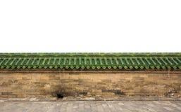 Τοίχος ψαμμίτη τούβλου με τα πράσινα βερνικωμένα κεραμίδια στεγών Στοκ Εικόνες