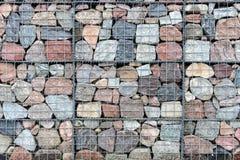 Τοίχος Gabion φιαγμένος από φυσικό πλέγμα πετρών και μετάλλων Στοκ Φωτογραφία