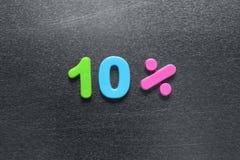 10 τοις εκατό που συλλαβίζουν έξω χρησιμοποιώντας τους χρωματισμένους μαγνήτες ψυγείων Στοκ Φωτογραφίες