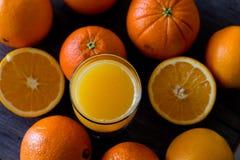 100 τοις εκατό φυσικού χυμού από πορτοκάλι σε ένα γυαλί Στοκ Εικόνες