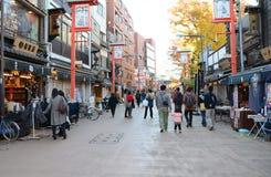 ΤΟΚΙΟ, ΙΑΠΩΝΙΑ - 21 ΝΟΕΜΒΡΊΟΥ: Οι τουρίστες επισκέπτονται την οδό αγορών Nakamise Στοκ Εικόνες