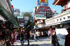 ΤΟΚΙΟ, ΙΑΠΩΝΙΑ - 21 ΝΟΕΜΒΡΊΟΥ: Οδός αγορών Nakamise σε Asakusa, Τόκιο Στοκ εικόνα με δικαίωμα ελεύθερης χρήσης