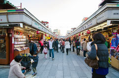 ΤΟΚΙΟ, ΙΑΠΩΝΙΑ - 21 ΝΟΕΜΒΡΊΟΥ: Οδός αγορών Nakamise σε Asakusa Στοκ φωτογραφία με δικαίωμα ελεύθερης χρήσης