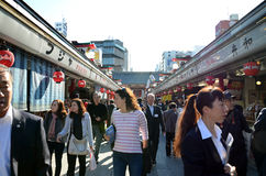 ΤΟΚΙΟ, ΙΑΠΩΝΙΑ - 21 ΝΟΕΜΒΡΊΟΥ: Οδός αγορών Nakamise σε Asakusa, Tok Στοκ εικόνες με δικαίωμα ελεύθερης χρήσης