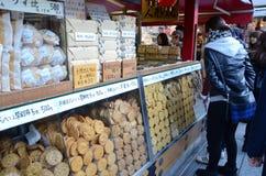 ΤΟΚΙΟ, ΙΑΠΩΝΙΑ - 21 ΝΟΕΜΒΡΊΟΥ: Οδός αγορών Nakamise Στοκ εικόνα με δικαίωμα ελεύθερης χρήσης