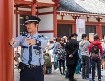 ΤΟΚΙΟ, ΙΑΠΩΝΙΑ - 31 ΟΚΤΩΒΡΊΟΥ 2017: Ιαπωνικός αστυνομικός στο υπόβαθρο του ναού Senso-senso-ji Κινηματογράφηση σε πρώτο πλάνο Στοκ Εικόνες