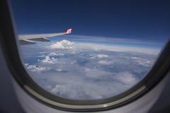 ΤΟΚΙΟ ΙΑΠΩΝΙΑ ΣΤΙΣ 29 ΜΑΐΟΥ 2016: Άποψη από το αεροπλάνο AirAsia που πετά στον ουρανό Στοκ εικόνα με δικαίωμα ελεύθερης χρήσης