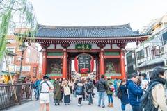 ΤΟΚΙΟ 28 ΝΟΕΜΒΡΊΟΥ: Συσσωρευμένοι άνθρωποι στο βουδιστικό ναό Sensoji στο Τόκιο Στοκ Φωτογραφίες