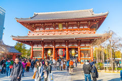 ΤΟΚΙΟ 28 ΝΟΕΜΒΡΊΟΥ: Συσσωρευμένοι άνθρωποι στο βουδιστικό ναό Sensoji στο Τόκιο Στοκ Εικόνες